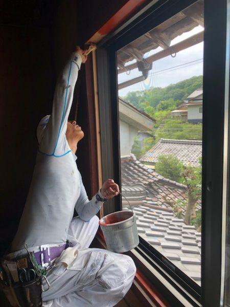 窓枠材をベンガラ色の塗装しています。